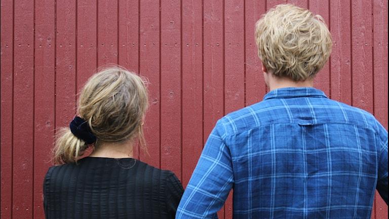 Jämställdhet? Man och kvinna bredvid varandra med ryggen mot kameran.