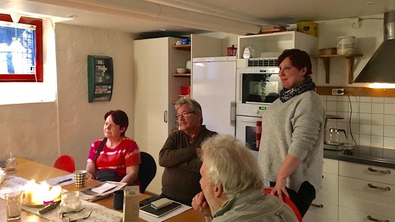 """Anki Sörensen (stående) är i dag stödperson åt andra. För henne blev """"Bostad först"""" vägen till ett liv utan droger."""
