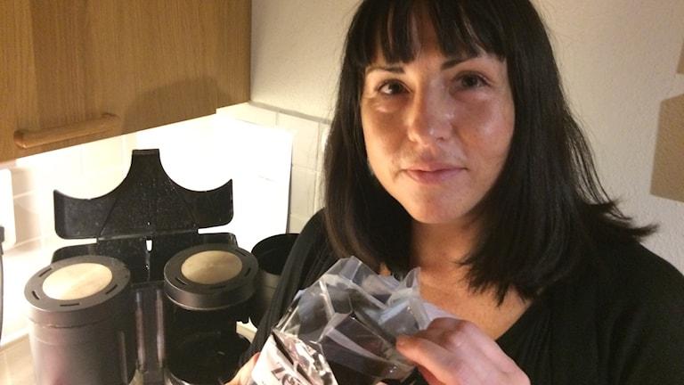 Kvinna lagar kaffe