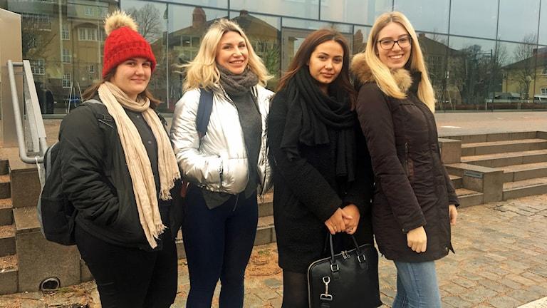 Fyra studenter utanför högskolan Kristianstad