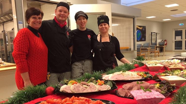 Kostchefen Ingela Dejenfeldt och Kocken Jonny Jepson och hans personal arbetar för mer lokal mat i skolköken