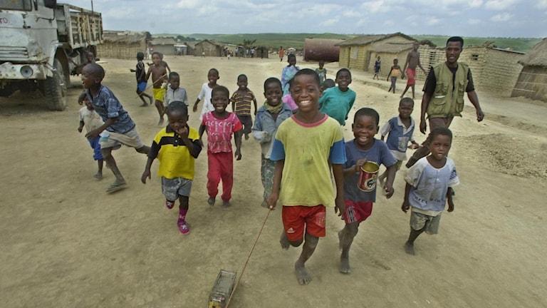 Lekande barn i Angola.