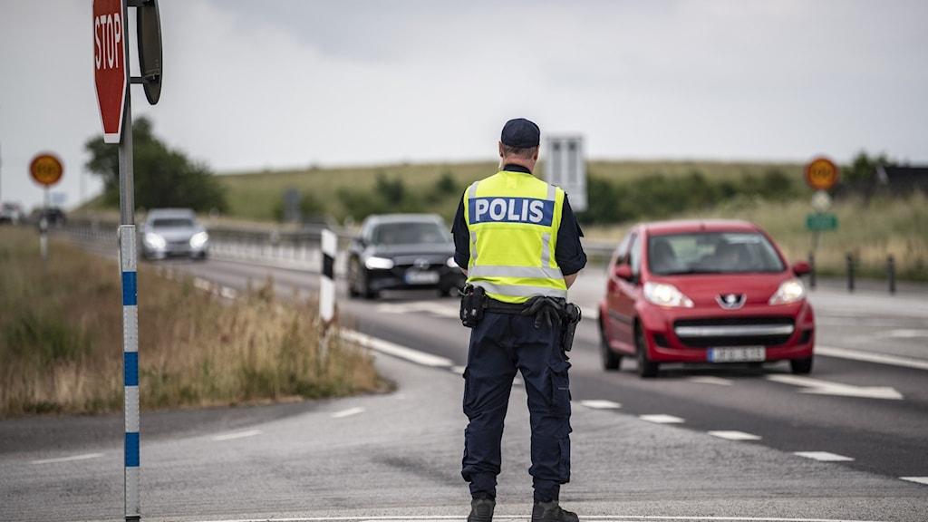 Polis kollar på bilar som kör på väg