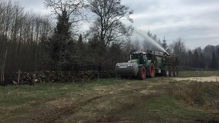 Traktor som sprutar.