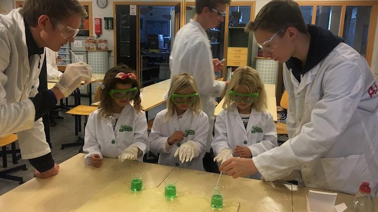Förskolebarn experimenterar med glycerol och diskmedel tillsammans med gymnasieelever
