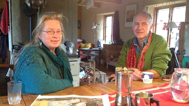 Ninni Henriksson och Mats Sundbeck bor i två av de 26 husen i Baskemölla ekoby.
