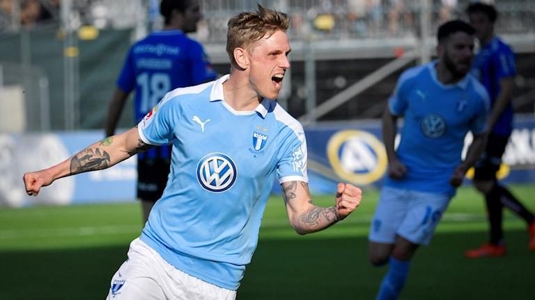 Malmö FF-spelare jublar.