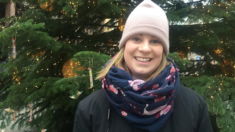 Emma Leion framför julgranen på stortorget i Helsingborg.