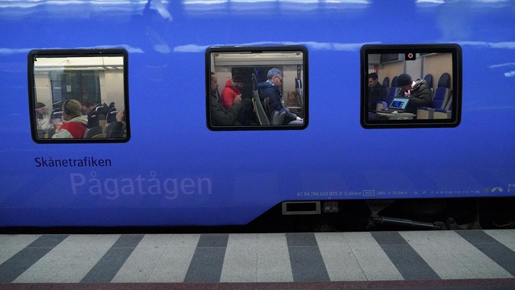 Passagerare på ett stillastående Pågatåg