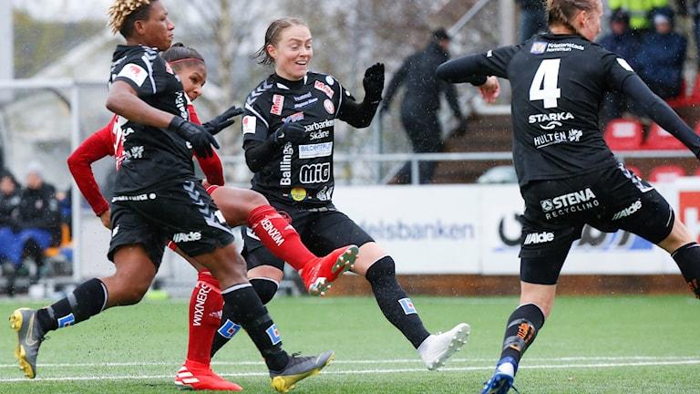 Madelen Janogy skjuter in 1-0 målet under söndagens Damallsvenska fotbollsmatch mellan Piteå IF DFF och Kristianstads DFF