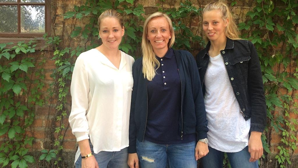KDFF:s tränare med spelarna Mia Carlsson och Amanda Edgren vid sin sida.