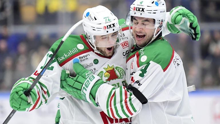 Två glada hockeyspelare.