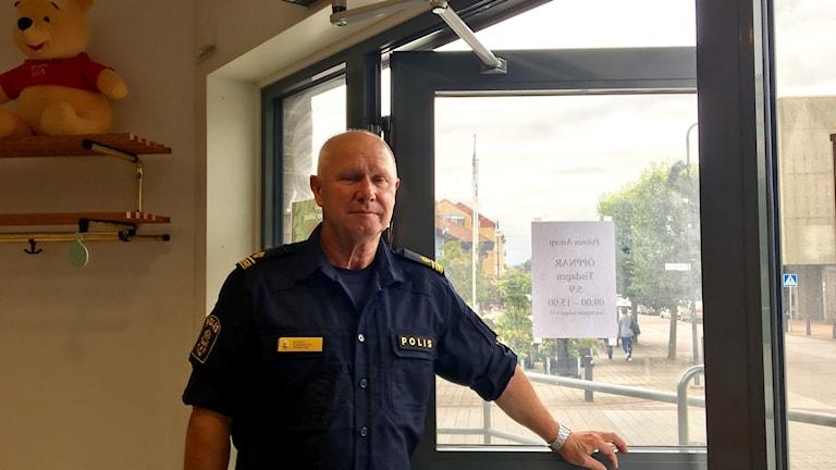 Öppnar dörren till polishuset. Kommunpolisen Bo Blixt, är ett av ansiktena som kommuninvånarna kommer möta på tisdagar i Åstorp.