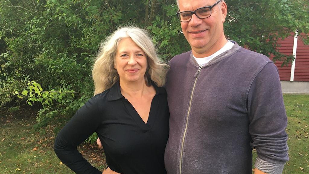 man och kvinna i trädgård