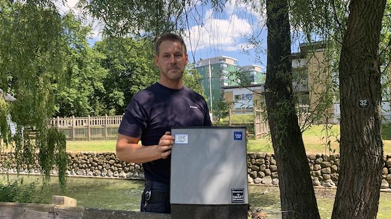 Sebastian Hellman från Anticimex tömmer en av de elektroniska råttfällor som finns utplacerade i Öresundsparken i Helsingborg.