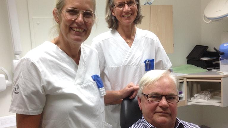 Övertandläkare Viveca Wallin Bengtsson tillsammans med Pernilla Karlgren Andersson och försöksdeltagaren Lennart Nyström.