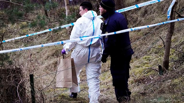 Polis och kriminaltekniker arbetar på platsen för mordet i Åhus i nordöstra Skåne.