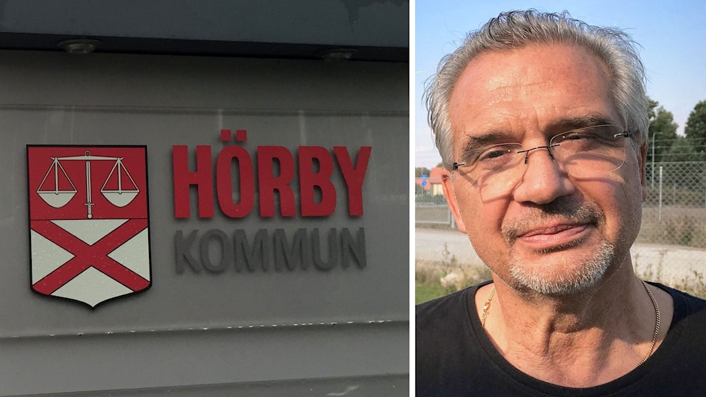 Bild på skyld utanför byggnad. På skylten står det Hörby Kommun. På bilden ser man Renaldo Tirone, ordförande för Socialdemokraterna i Hörby. Han har grått hår, är kortklippt och bär glasögon och ett kortklippt skägg. Han har en svart t-shirt på sig. Han står utomhus, i bakgrunden ser man en väg, ett staket och en gräsmatta. Foto: Anna Bubenko/Sveriges Radio.