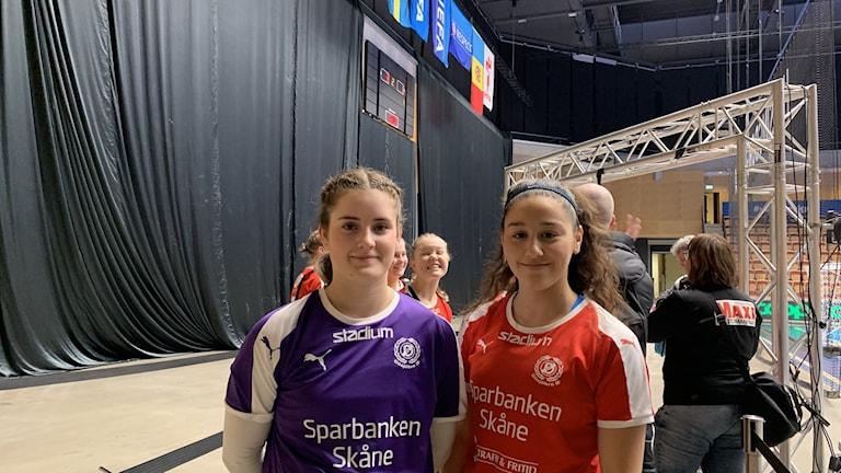 Målvakten Wilma Svensson och anfallaren Malak Akile i Dösjebro U17-lag i futsal laddade för match på lördagen.
