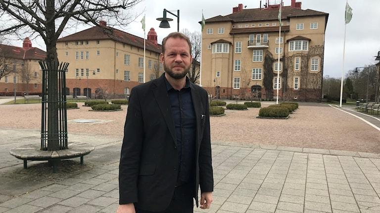 Henrik Svensson utanför Högskolan Kristianstad