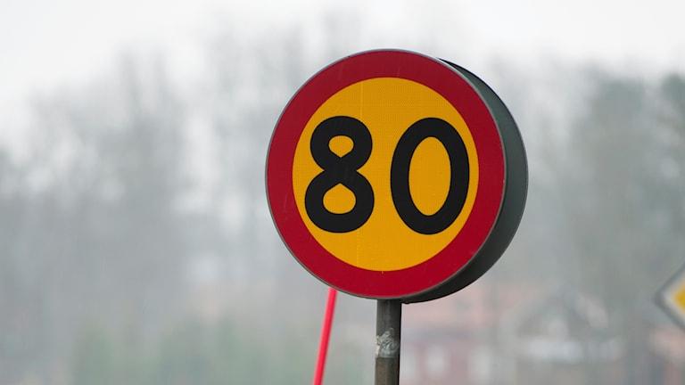80-skylt vid landsväg