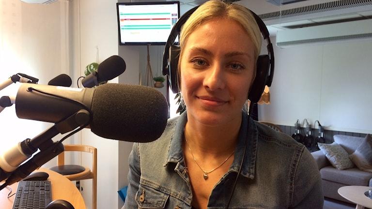 Sarah Carlström spelare i Kristianstad HK sitter i studion med hörlurar på.