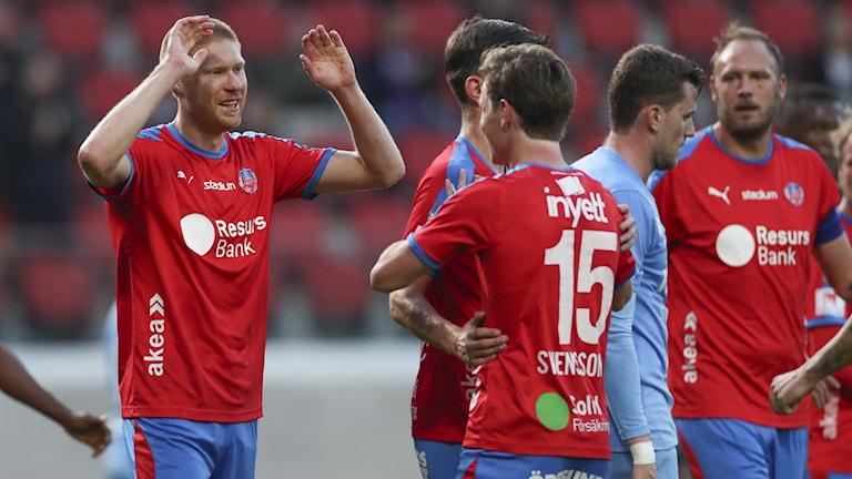 Helsingborgs Markus Holgersson har gjort 2-1 och jublar med spelarna.