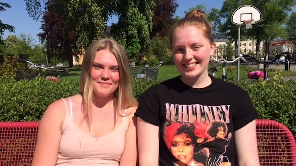 Amanda D´Hertefeldt och Felicia Zetterberg Johansson går samhällslinjen på Söderportgymnasiet. De har blandade känslor inför jobbmöjligheterna i framtiden.