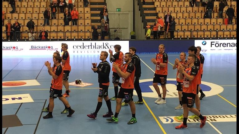IFK Kristianstads spelare tackar publiken.