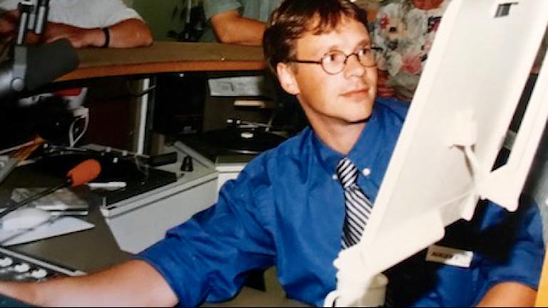 Ung man i sändningsstudio 1990-tal