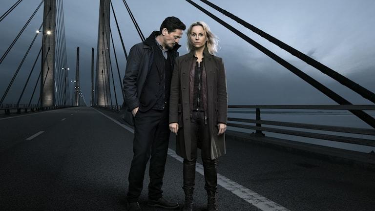 Man och kvinna står på Öresundsbron