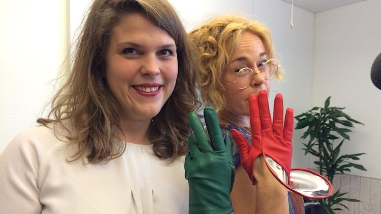 Thomasine Barnekow visar handskar för programledare Matilda Alborn.
