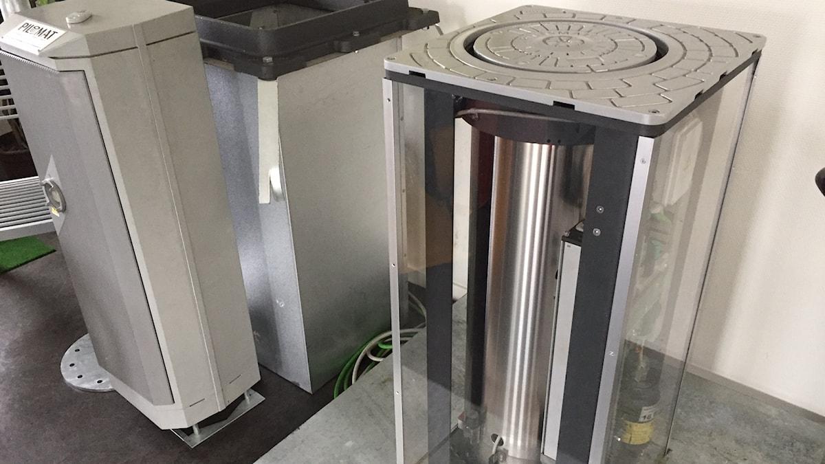 Hydraulisk cylinder under en höj- och sänkbar pollare.