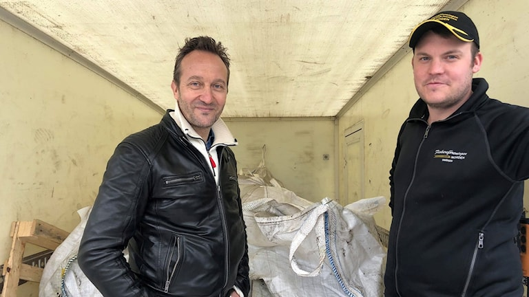 Två män i en lastbil med säckar. Vesa Tschernij och Peter Gustafsson.