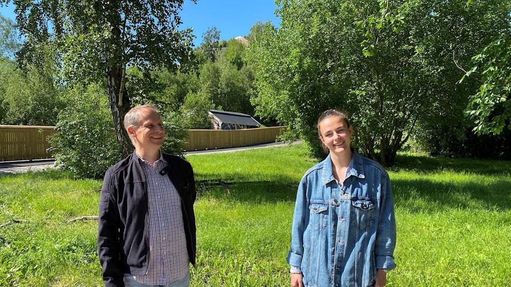 Man och kvinna i en grön parkmiljö