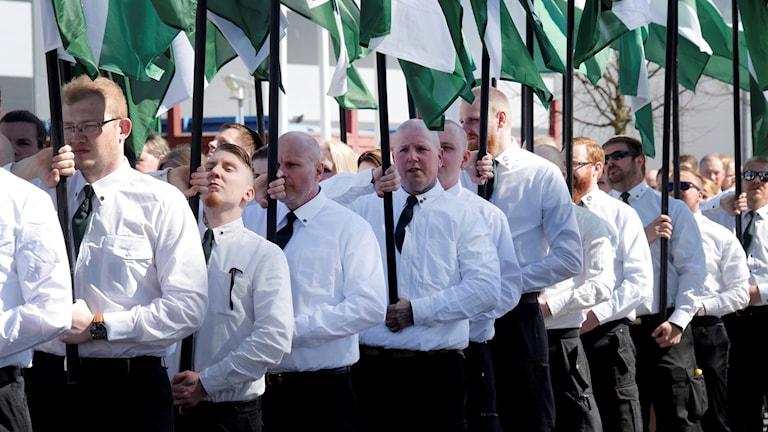 Nazister i vita skjortor på rad i en demonstration.