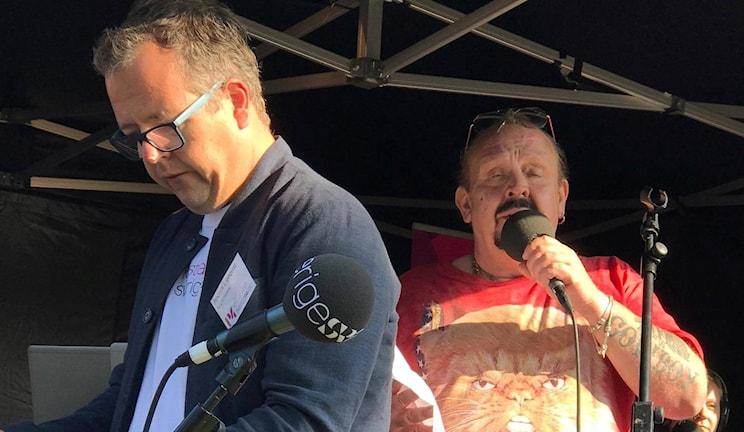 Två män spelar och sjunger.