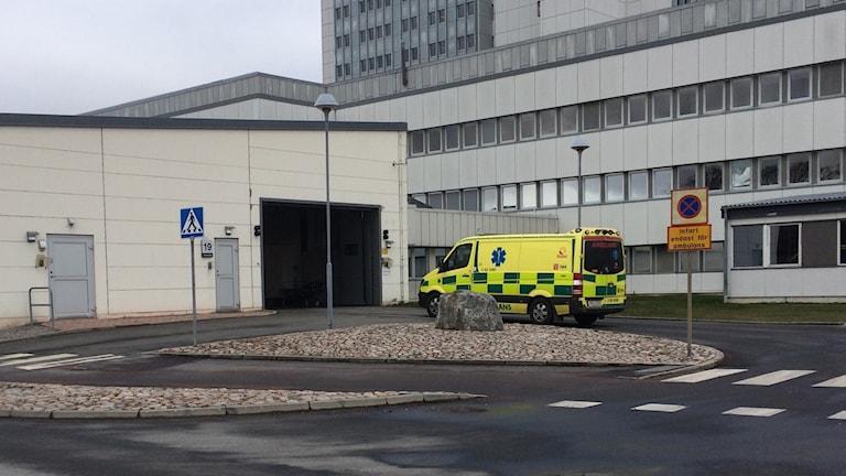 Ambulans på väg in till akutmottagningen på Centralsjukhuset i Kristianstad.