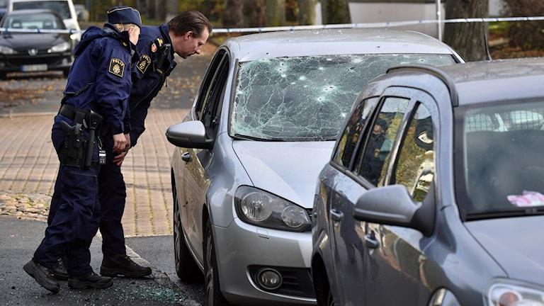 Polisen undersöker den skadade bilen. Foto: Johan Nilsson/TT