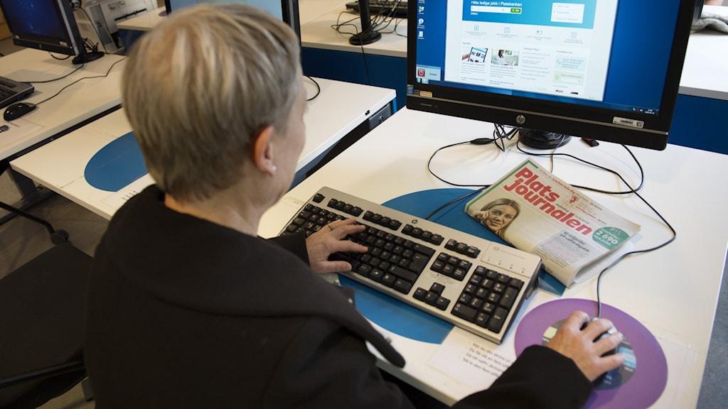 Kvinna som söker jobb på Arbetsförmedlingens sajt