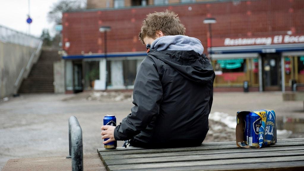 Tonåring med ölburk.