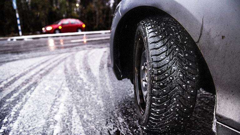 Bil med dubbade däck i första snön.