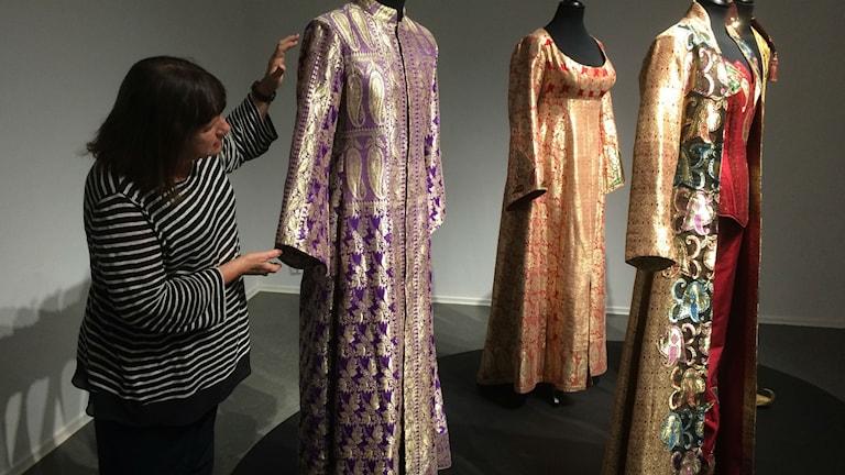 Evelyn Thomasson visar upp Army of lovers gamla scenkläder.
