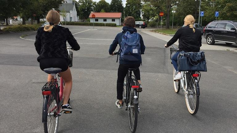 barn utan cykelhjälm