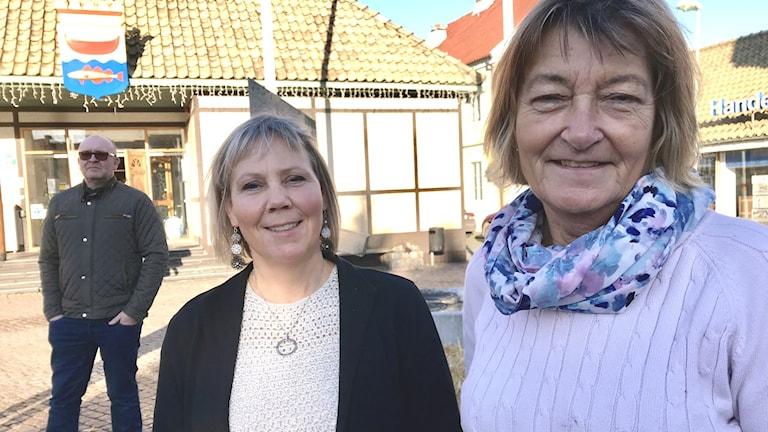 Kommunalrådet Jeanette Ovesson (M) och oppositionsrådet Pia Ingvarsson (S). I bakgrunden sillfiskaren Peter Söderberg.