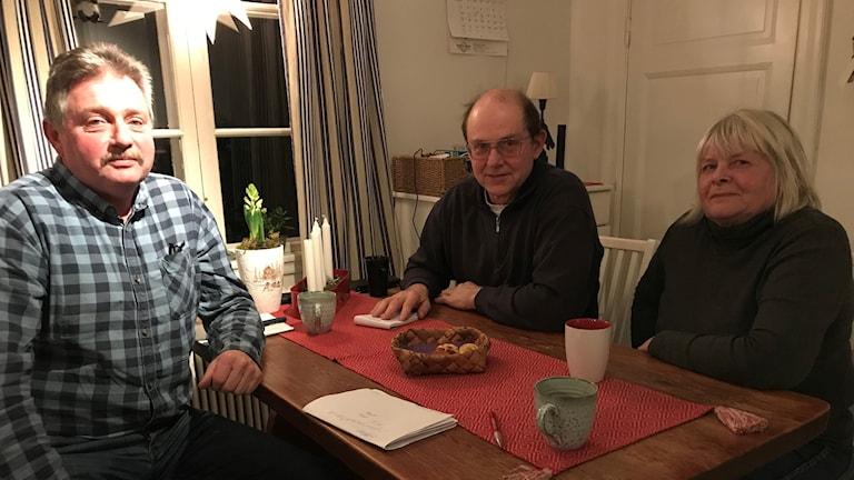 Tre lantbrukare vid ett köksbord