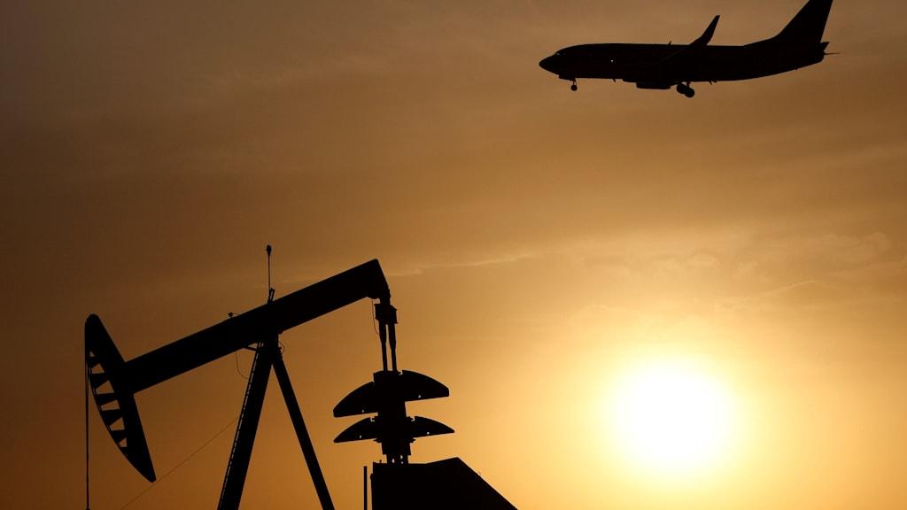 Världens länder har som klimatmål dra ner på olja, kol och annan fossil energi, som ju används i flygbränsle, men samtidigt går miljardstöd till flyget.