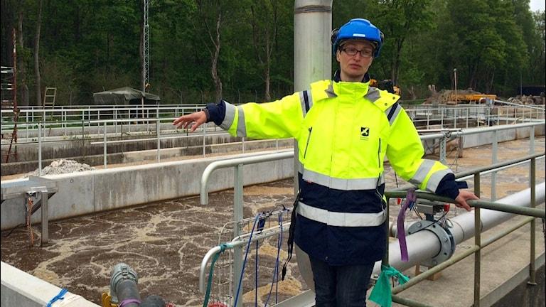VA-chef Christina Jönsson visar upp reningsverket som nu är halvklart.