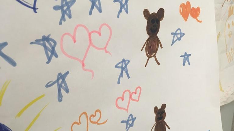 På Teddy-mottagningen i Helsingborg har bland annat den här teckningen satts upp. Det är barn som har en förhöjd risk att få diabetes som är med i den internationella studien.