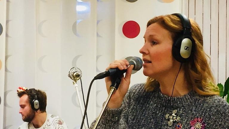 Kvinnlig artist sjunger.